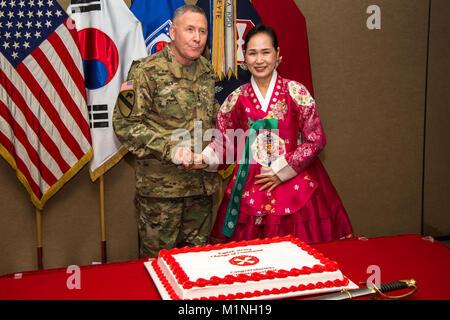 Us-Armee Generalleutnant Michael A. Rechnungen, Kommandierender General der 8. Armee, wirft mit einem Gast an Lager - Stockfoto