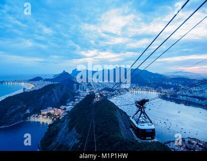 Seilbahn zum Zuckerhut bei Dämmerung, Rio de Janeiro, Brasilien, Südamerika - Stockfoto