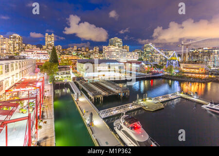 Ansicht der Lonsdale Quay in North Vancouver bei Dämmerung, Vancouver, British Columbia, Kanada, Nordamerika - Stockfoto