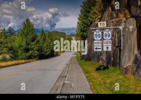 Blick auf das Meer zu Sky Highway und Wegweiser in der Nähe von Squamish, British Columbia, Kanada, Nordamerika - Stockfoto