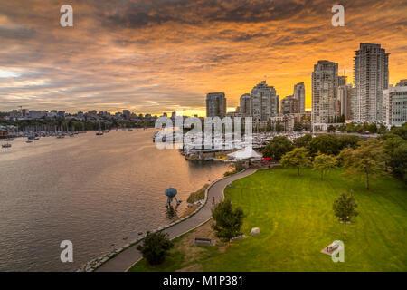 Blick auf die Skyline von Vancouver und False Creek Ab Cambie Street Bridge, Vancouver, British Columbia, Kanada, - Stockfoto