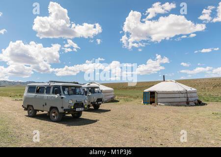 Traditioneller mongolischer Nomaden Gers und sowjetischen Minivans. Bayandalai Bezirk, Provinz im Süden der Wüste - Stockfoto