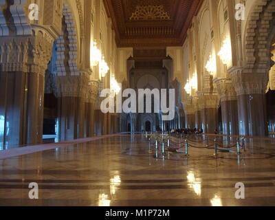 Innenraum der Grande Mosquee Hassan II, Licht Reflexion auf dem Boden. - Stockfoto