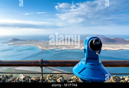 Panoramablick auf den vulkanischen Küstenlinie und Isla Graciosa vom Mirador del Rio auf Lanzarote. - Stockfoto