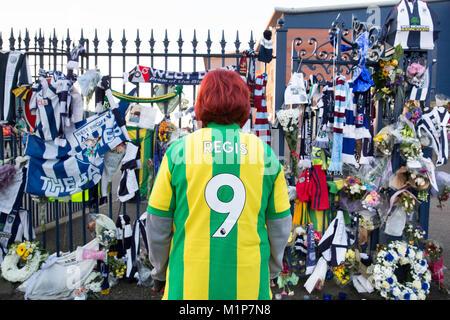 Die Bestattung leichenwagen von Cyrille Regis besucht die West Bromwich Stadion vor einer Trauerfeier am Boden. - Stockfoto