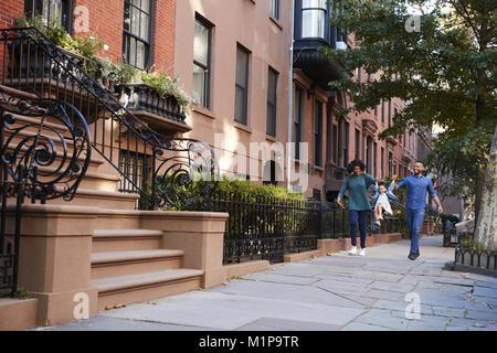 Familie bei einem Spaziergang auf der Straße, in der Nähe - Stockfoto