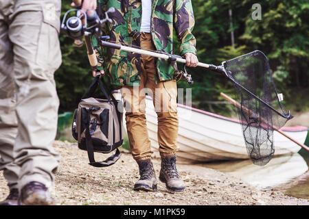 Männer Wandern und Fischen - Stockfoto