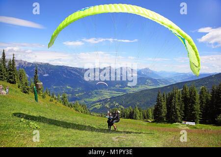 Gleitschirmflieger ein Tandemsprung, Planai, Schladming, Steiermark, Österreich, Europa, Gleitschirmflieger starten - Stockfoto