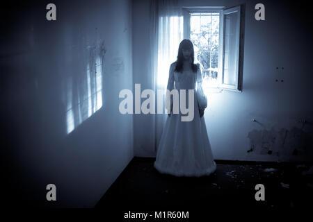 Horror Szene von einem gruseligen Frau in der Wedding Dress - Stockfoto