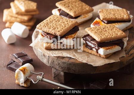hausgemachte Marshmallow s' mores mit Schokolade auf Cracker - Stockfoto