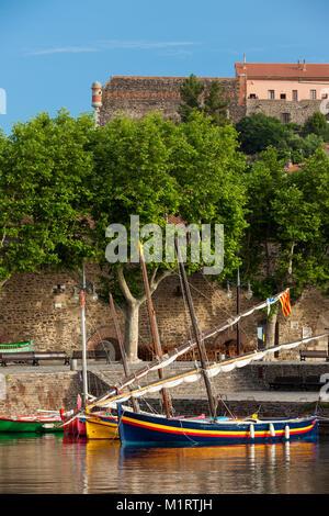 Bunte Segelboote in den kleinen Hafen von Collioure, Royal, Frankreich - Stockfoto