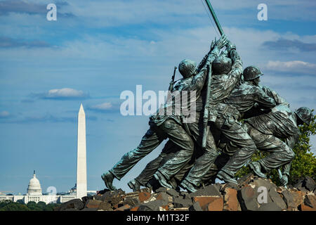 Iwo Jima Memorial (U.S. Marine Corps War Memorial), Arlington, Virginia; Washington Memorial und U.S. Capitol Building, - Stockfoto
