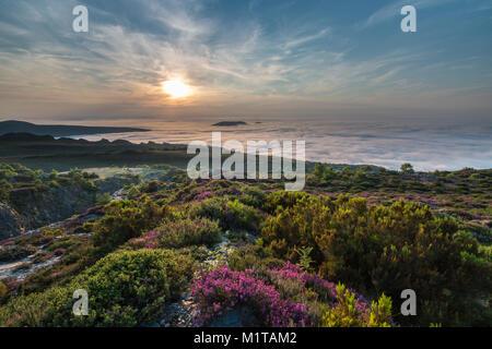 Sonnenuntergang am Ende des Sommers in den Bergen des westlichen Asturien, wo der Himmel mit dem Nebel auf das Tal - Stockfoto