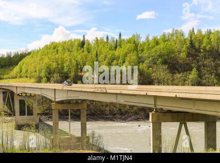 George Parks Highway Brücke in Alaska, in der Nähe von Talkeetna einen Fluß überquert. - Stockfoto