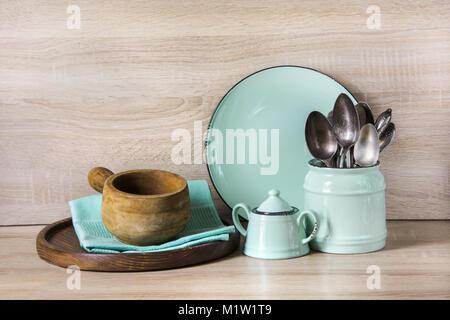 Türkis Besteck, Geschirr, Geschirr Besteck und Material auf hölzernen Tisch. Küche noch leben als Hintergrund für Design. Bild mit kopieren.