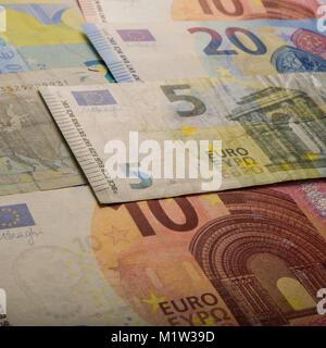 Papier Euro-banknoten. 5, 20 und 10 Euro. Währung der Europäischen Union. - Stockfoto