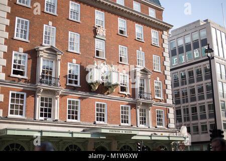 LONDON, GROSSBRITANNIEN - 7. August, 2014: Äußere des Fortnum & Mason Gebäude in London City Centre - Stockfoto