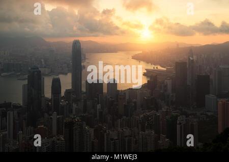 Sonnenaufgang über Hong Kong Victoria Hafen von Victoria Peak mit Hongkong und Kowloon. - Stockfoto