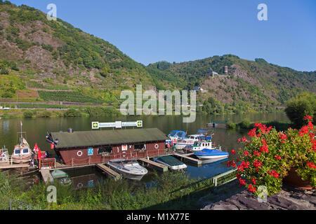 Kabine Boote bei festmachen, stirnrad Burg Bischofstein und der Kapelle Saint Stefphan, Burgen, Mosel, Rheinland - Stockfoto