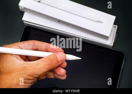 Tambow, Russische Föderation - August 23, 2017 Apple Bleistift in Person hand mit Apple iPad Pro 10.5. und Bleistift. - Stockfoto