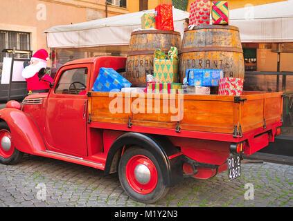 Vintage italienische Pickup Truck mit Weihnachtsgeschenken, die außerhalb einer Gaststätte in Trastevere, Rom geladen - Stockfoto