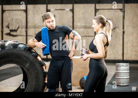 Junges Paar in der Turnhalle in der Pause - Stockfoto