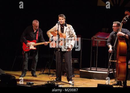 Gordan Davies als Elvis Presley am Elvis Erfahrung Konzert in der St. David's Hall in Cardiff statt. - Stockfoto