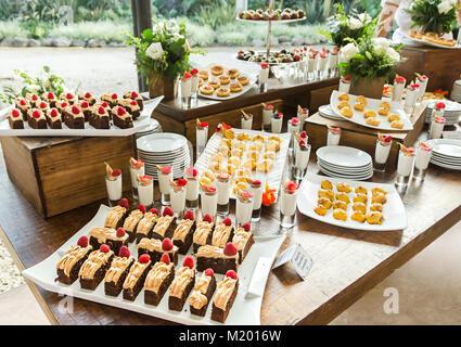 Catering Bankett Tisch mit verschiedenen Snacks und Desserts auf Party Veranstaltung oder Hochzeitsfeier - Stockfoto