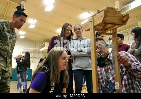 Oberstleutnant Damon Delarosa, Walla Walla District Commander und DeSales High School Studenten beobachten, wie - Stockfoto