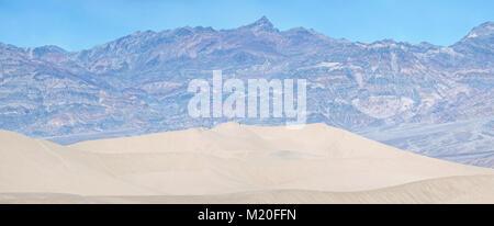 Wanderer bei Mesquite Sand Dunes, Death Valley - Stockfoto