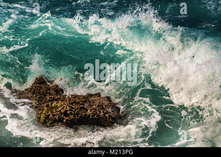 Wave Absturz auf Lavagestein in Oahu, Hawaii - Stockfoto