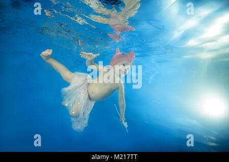 Odessa, Ukraine. 31 Jan, 2018. kleines Mädchen in einem Gap Solitärspiele spielen unter Wasser im Pool Credit: Andrey - Stockfoto