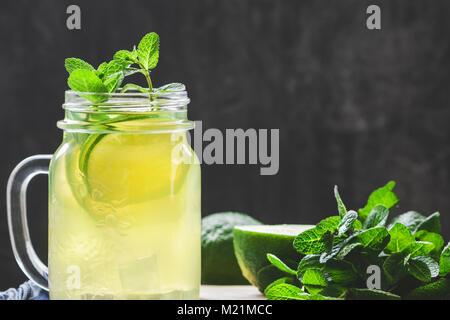 Kalte Limonade Mojito in einem Glas mit Limette und Minze. Kopieren Sie Platz. - Stockfoto