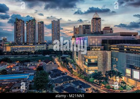Sonnenuntergang über Jakarta City Downtown - Stockfoto
