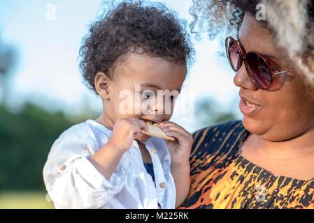 Mutter und ihrer kleinen Tochter in einem Park - Stockfoto