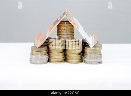 Haus aus Geld - Hypotheken und Finanzierungen - Stockfoto