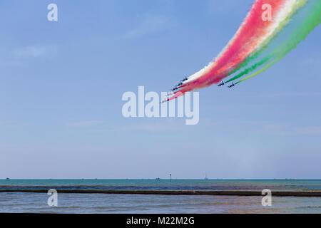Frecce Tricolori (Dreifarbige Pfeile) - Italienisch akrobatische Flugzeuge Team, Airshow Leistung mit der Spur der - Stockfoto
