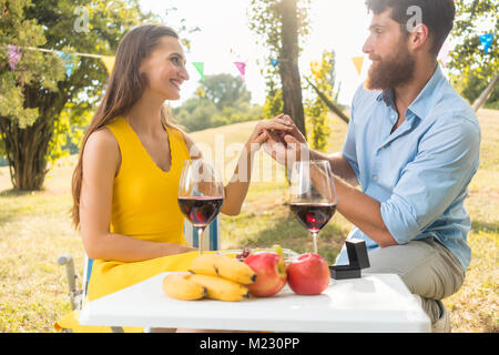 Junger Mann mit wunderschönen Freundin einen Verlobungsring - Stockfoto