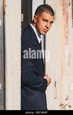 Schöner Mann im schwarzen Anzug und Sonnenbrille. Secret Agent, Mafia, Bodyguard Konzept. - Stockfoto