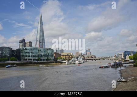 Blick auf den Shard in London von der Nordseite der Themse an einem schönen Tag mit ein wenig Cloud - Stockfoto