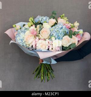 Die eleganten Blumenstrauß aus Rosen und Hortensien in der Frau die Hand - Stockfoto