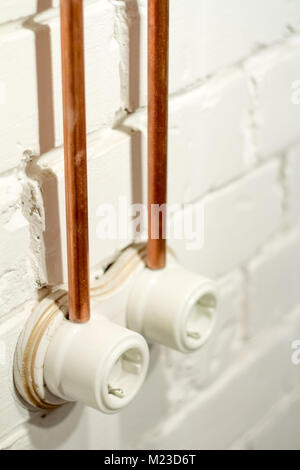 Retro-Sockel aus weißer Keramik mit offenen elektrischen Verkabelung ...