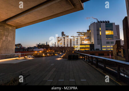 Das Whitney Museum High Line Spaziergang am Abend, NYC - Stockfoto