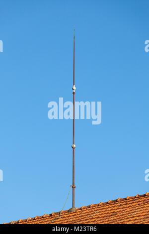 Blitzableiter auf dem Dach eines inländischen Haus mit einer Masse ...