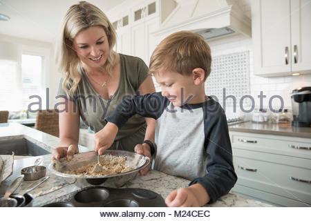 Mutter und Sohn backen in Küche - Stockfoto
