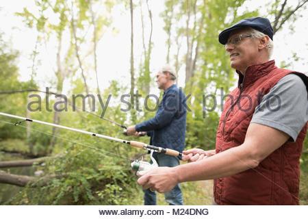 Ältere Männer Freunde mit Angeln Angeln in Holz - Stockfoto