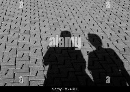 Schatten von Mann und Frau auf dem Stein - Stockfoto