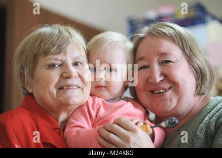 Zwei ältere Frauen - großmütter mit baby girl todler - Stockfoto