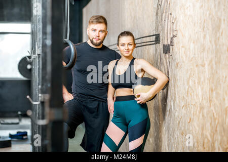 Sport paar Portrait in der Turnhalle - Stockfoto