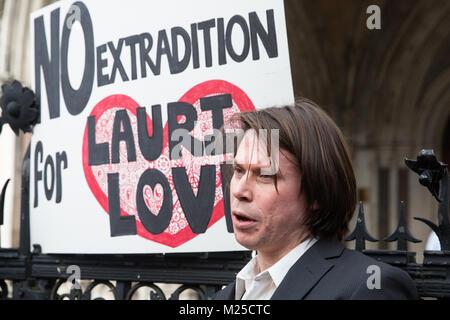 London, Großbritannien. 5. Februar, 2018. Angebliche Computerhacker Lauri Liebe spricht zu den Medien außerhalb - Stockfoto